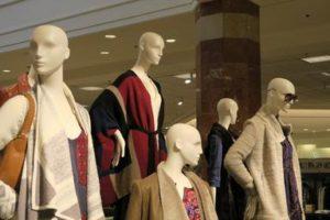 Manequins in Store window